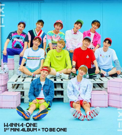 boc-mac-loat-trang-phuc-cua-11-tan-binh-wanna-one-trong-mv-debut