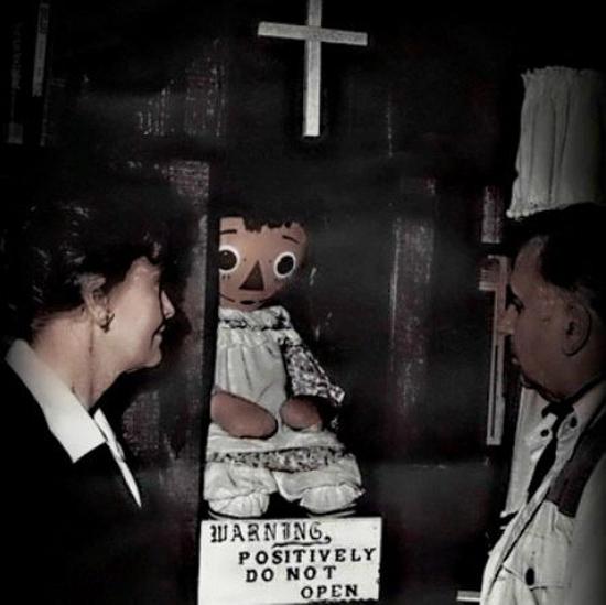 Hai nhân chứng có thật, hai nhà nghiên cứu Ed và Lorraine Warren trong một lần ghé thăm búp bê Annabelle
