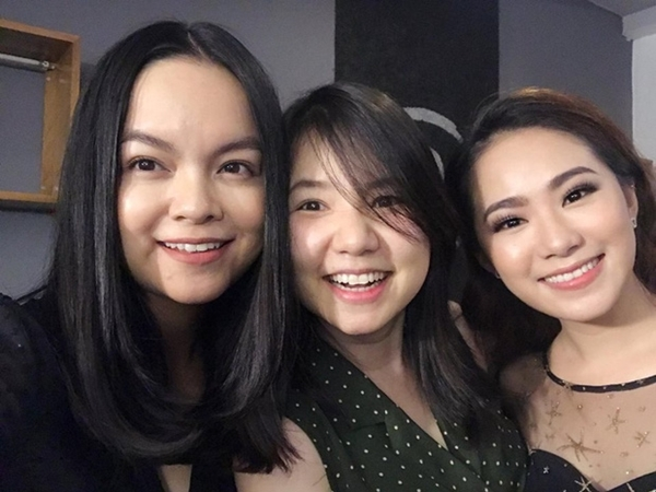 thu-thuy-selfie-cung-pham-quynh-anh-up-mo-hat-tai-hop-1