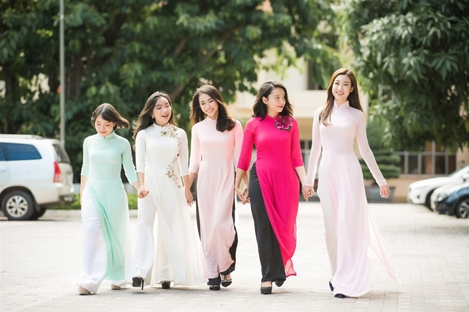 <p> Mỹ Linh duyên dáng và nổi bật khi đọ dáng cùng các bạn gái cùng lớp trong tà áo dài.</p>