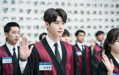 lee-jong-suk-lo-canh-luom-thuom-khi-o-nha-khien-fan-nu-boi-roi-2