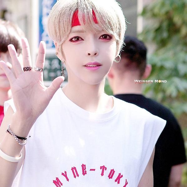 thanh-vien-boygroup-kpop-gay-hoang-mang-vi-dien-mao-qua-nu-tinh-2-7