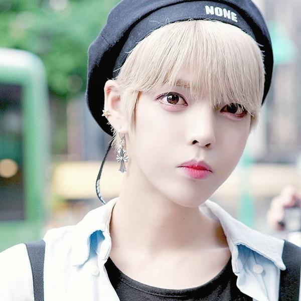 thanh-vien-boygroup-kpop-gay-hoang-mang-vi-dien-mao-qua-nu-tinh-2-3