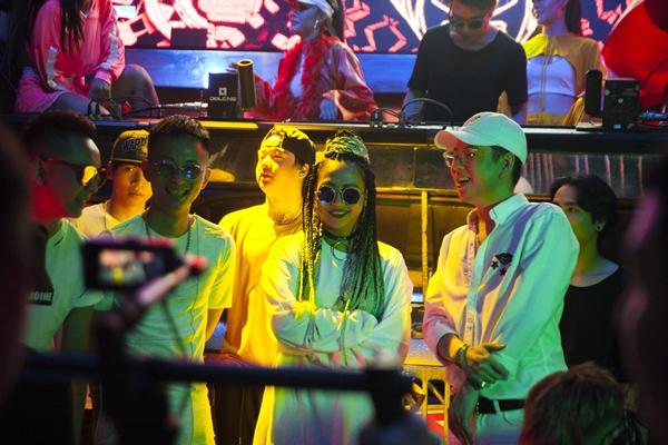 kimmese-quy-bung-noc-voi-hoi-ban-than-underground-trong-mv-hip-hop-4