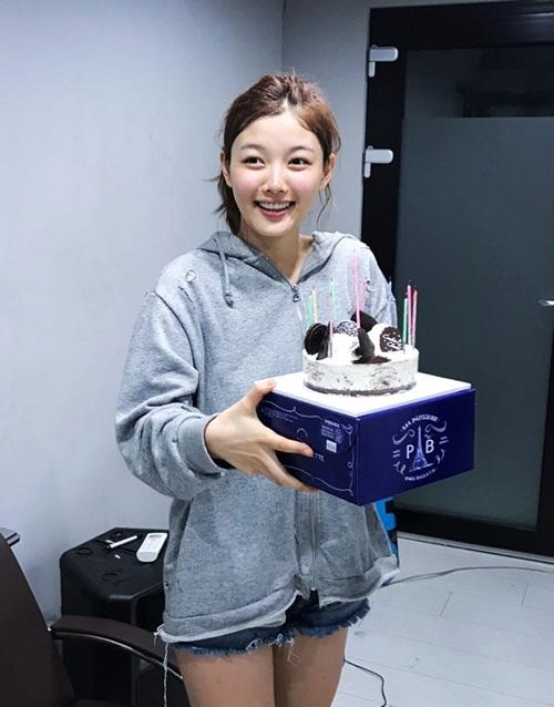 sao-han-22-9-na-eun-khoe-style-san-bay-chat-somi-lo-duong-cong-goi-cam-6