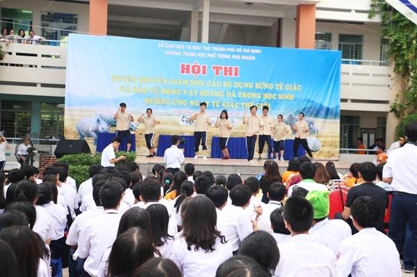 teen-phu-nhuan-nhay-flashmob-chat-lu-keu-goi-ngung-su-dung-sung-te-giac