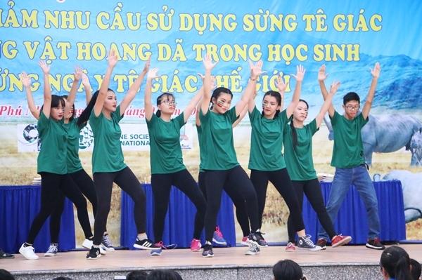 teen-phu-nhuan-nhay-flashmob-chat-lu-keu-goi-ngung-su-dung-sung-te-giac-2