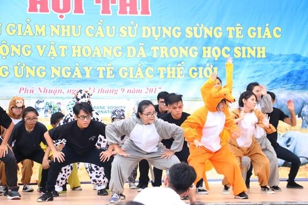 teen-phu-nhuan-nhay-flashmob-chat-lu-keu-goi-ngung-su-dung-sung-te-giac-1