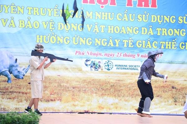teen-phu-nhuan-nhay-flashmob-chat-lu-keu-goi-ngung-su-dung-sung-te-giac-8