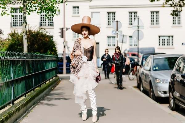 maya-dien-do-di-thu-hut-cac-tay-san-anh-tai-paris-fashion-week-5