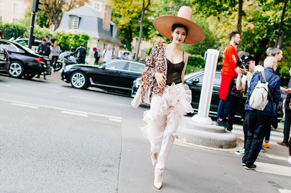 maya-dien-do-di-thu-hut-cac-tay-san-anh-tai-paris-fashion-week-1