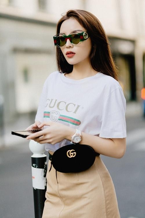 <p> Cô chọn áo, kính, túi belt của Gucci, boot của Stuart Weitzman tạo nên tổng thể cá tính.</p>