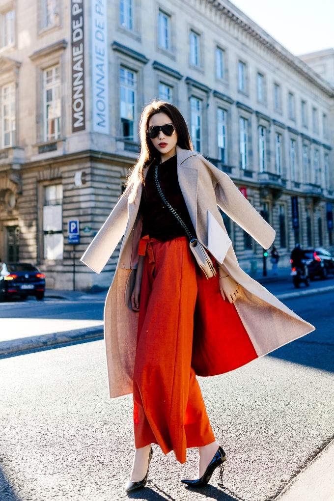 <p> Kỳ Duyên hóa quý cô đầy kiều kỳ khi phối quần ống rộng mix thêm áo khoác dài. Từ mắt kính, túi xách, giày đều là những món hàng hiệu đến từ các nhà mốt có tiếng.</p>