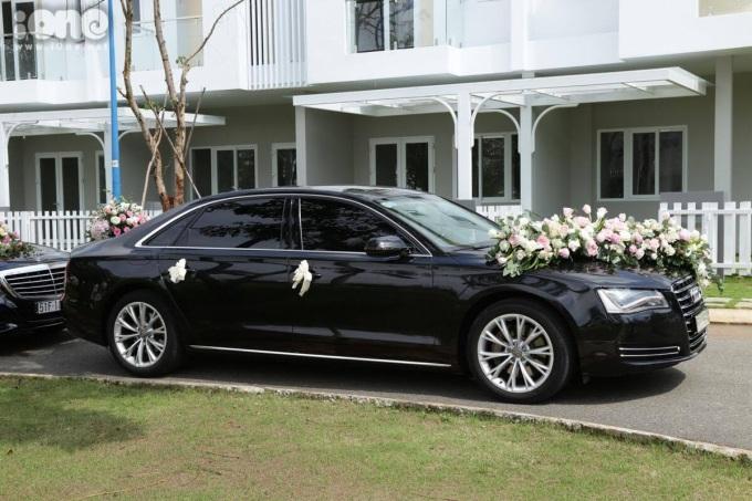 <p> SángTrung Tín đến nhà Thu Thảo bằng chiếc xế hộp sang trọng, đầu xe phủ đầy hoa tươi.</p>