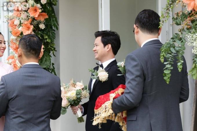 <p> Trung Tín háo hức để được gặp cô dâu Thu Thảo. Anh nở nụ cười rạng rỡ với bó hoa cưới trên tay.</p>