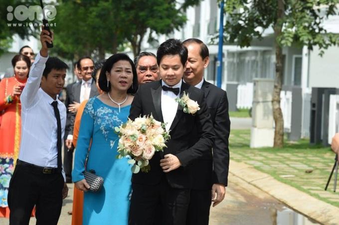 <p> Trung Tín dẫn đầu đoàn rước dâu, theo sát anh có bố mẹ và họ hàng.</p>