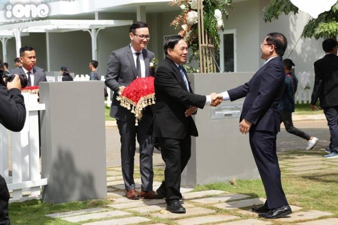 <p> Gia đình hai bên gặp gỡ, bắt tay nhau ngay ở cổng chính.</p>