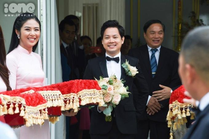 <p> Chú rể diện vest bảnh bao, nụ cười rạng ngời. Trong đoàn phù dâu có thêm Hoa hậu Ngọc Hân.</p>