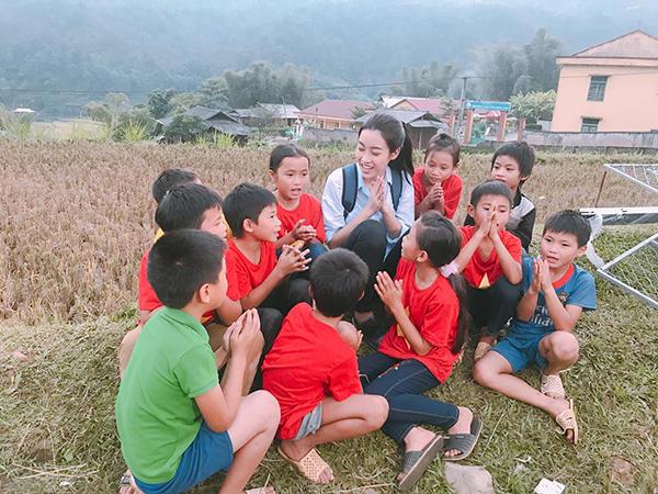 sao-viet-10-10-angela-phuong-trinh-hon-dong-gioi-bao-anh-lo-mat-moc-100-3