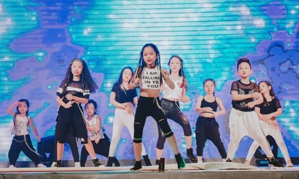 doi-quan-dancer-nhi-huong-dan-hang-tram-nguoi-lon-nhay-flashmob-1