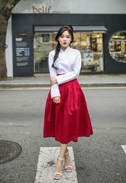 mot-hanbok-mac-cung-vay-xep-ly-khoe-chan-cua-gioi-tre-han-gay-tranh-cai-8
