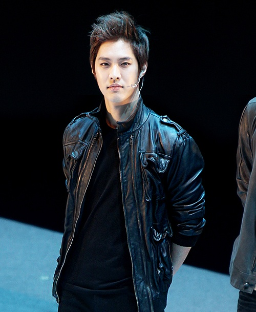 8-idol-nam-kpop-chung-minh-khong-chi-phu-nu-moi-am-anh-can-nang-4