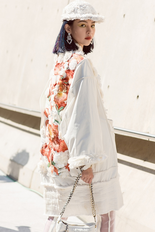 phi-phuong-anh-bien-hoa-da-sac-mau-trong-ngay-dau-seuol-fashion-week-2