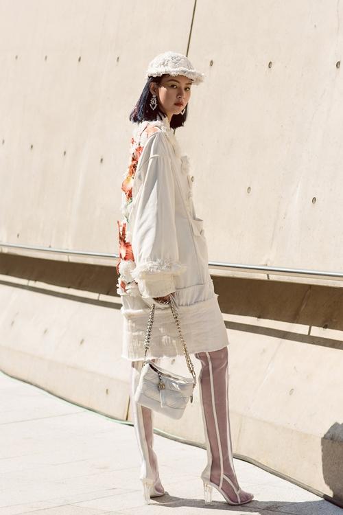 phi-phuong-anh-bien-hoa-da-sac-mau-trong-ngay-dau-seuol-fashion-week-1