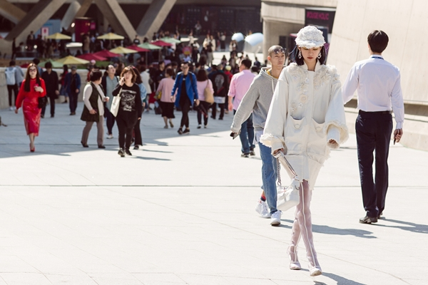 phi-phuong-anh-bien-hoa-da-sac-mau-trong-ngay-dau-seuol-fashion-week-3