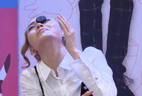 Minh Hằng hài hước khi cho biết nhờ dán lông mi giả mà cô vẫn giữ được chiếc bánh trên mặt.