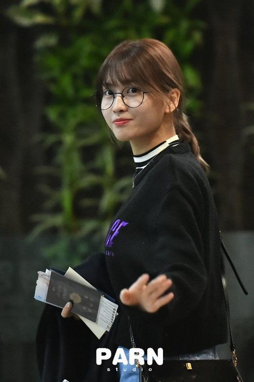 2-nu-than-toc-ngan-yoon-ah-krystal-nhan-phan-ung-trai-chieu-o-san-bay-9