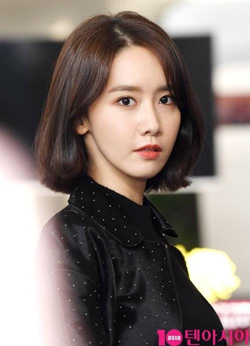 2-nu-than-toc-ngan-yoon-ah-krystal-nhan-phan-ung-trai-chieu-o-san-bay-3