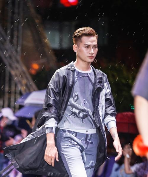 dan-sao-khong-chuyen-tu-tin-catwalk-tren-pho-di-bo-nguyen-hue-3
