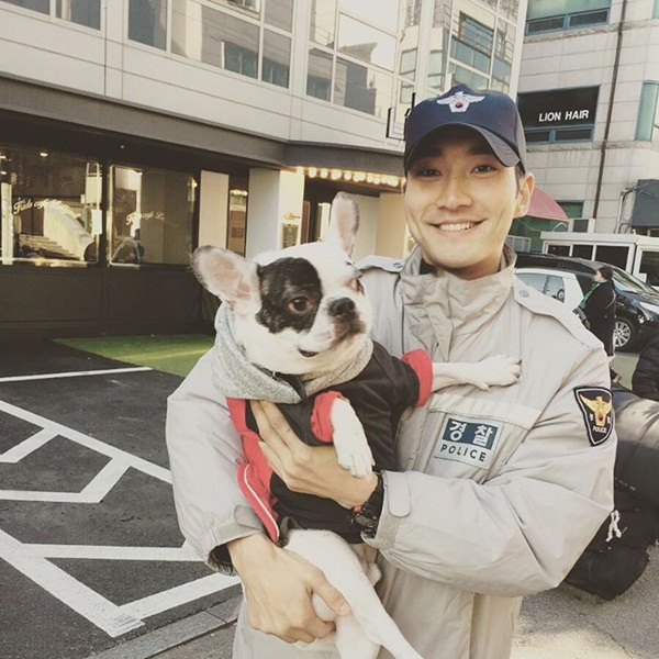 Si Won là một người yêu động vật, anh thường xuyên khoe chú chó cưng lên trang cá nhân.