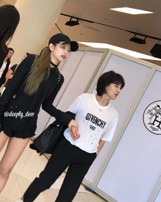 my-nhan-sang-chanh-jennie-co-me-cool-ngau-khong-kem-con-gai-1