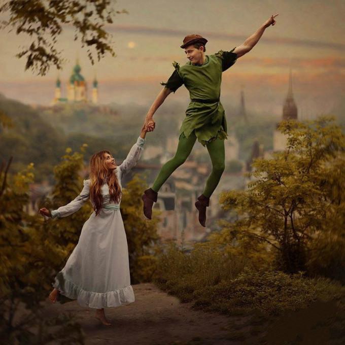 <p> Peter Pan nắm tay cô bé Wendy cùng bay về vùng đất Neverland thần tiên.</p>