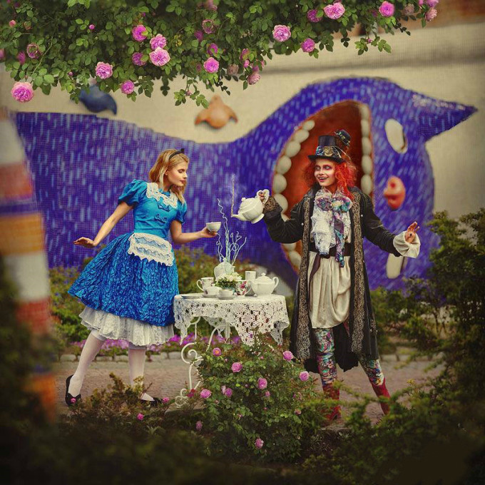 <p> Tiệc trà của Alice và anh thợ làm mũ trong 'Alice ở xứ sở thần tiên'.</p>
