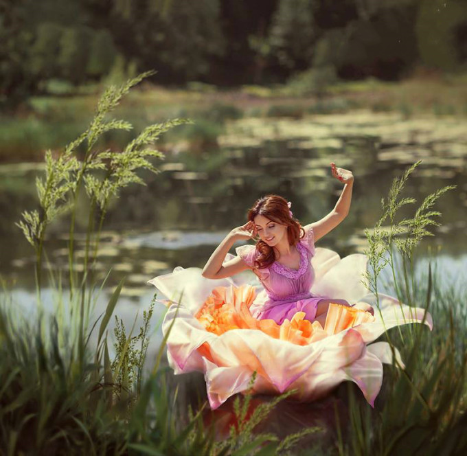 <p> Cô bé tí hon Thumbelina trong truyện cổ tích Andersen.</p>
