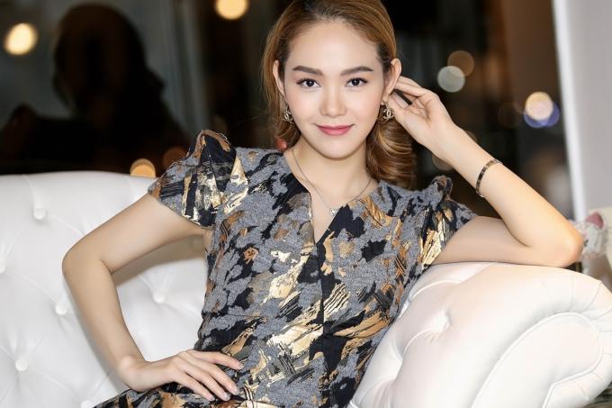 Minh Hằng đẹp không góc chết với váy tôn dáng