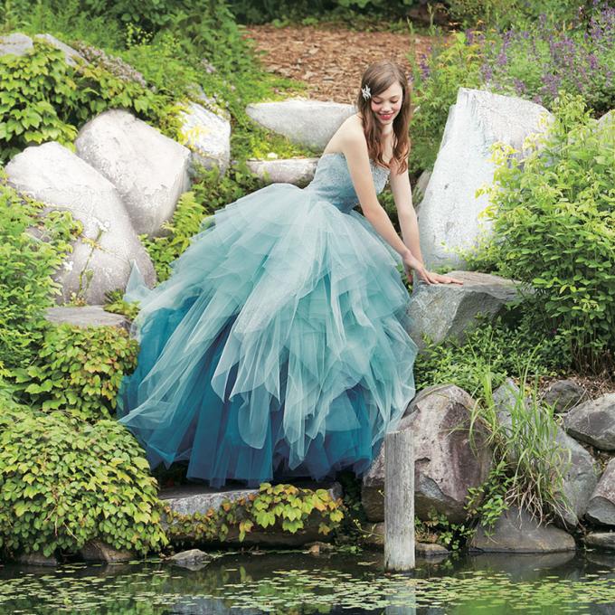 <p> Nàng tiên cá Ariel đẹp trong trẻo với chiếc váy cưới màu xanh nước biển.</p>