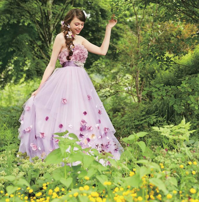 <p> Bộ váy hoa màu tím khiến công chúa Rapunzel như một thiên thần.</p>