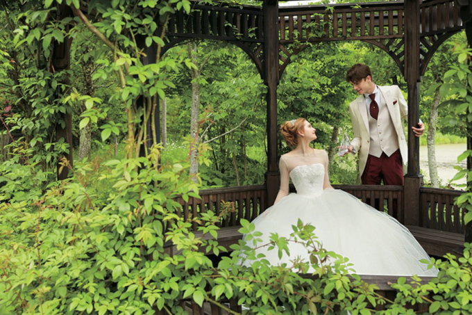 <p> Nàng Lọ Lem trong bộ váy cưới màu trắng tinh khôi.</p>