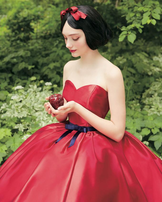 <p> Công chúa Bạch Tuyết nổi bật trong chiếc váy cưới màu đỏ rực.</p>