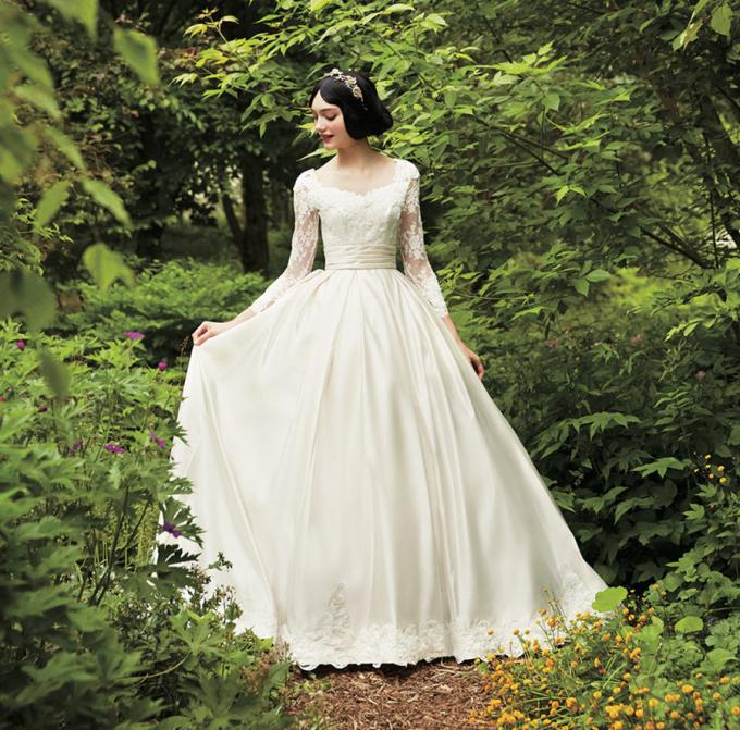 <p> Các bạn gái thích phong cách dịu dàng, cổ điển hẳn sẽ rất thích chiếc đầm trắng kín đáo nhưng không kém phần quyến rũ này.</p>