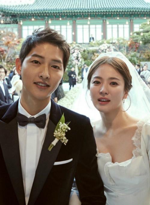 song-joong-ki-song-hye-kyo-xa-cach-o-san-bay-5