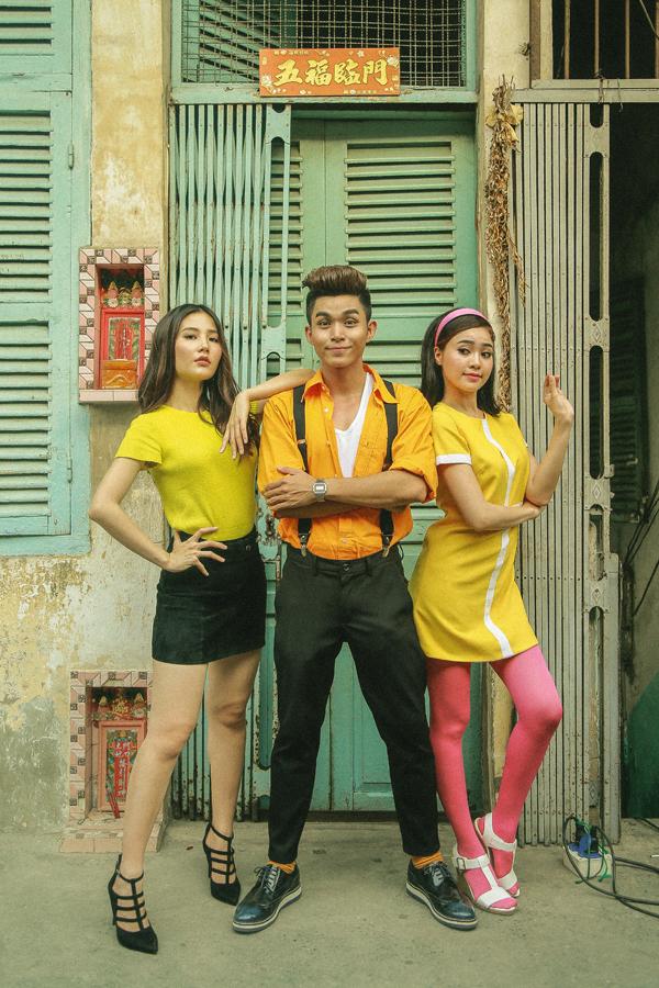 Bên cạnh yếu tố chủ đạo là tà áo dài, nhà sản xuất phim còn khéo léo lồng ghép những câu chuyện về trang phục của người phụ nữ Việt với thời trang phương Tây.