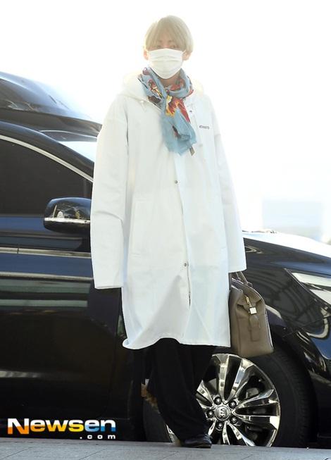V chuộng mốt quần ống rộng, những chiếc áo quá khổ.  Đây là chiếc áo mưa của hãng VÊTEMENTS được thành viên BTS biến thành thời trang sân bay.