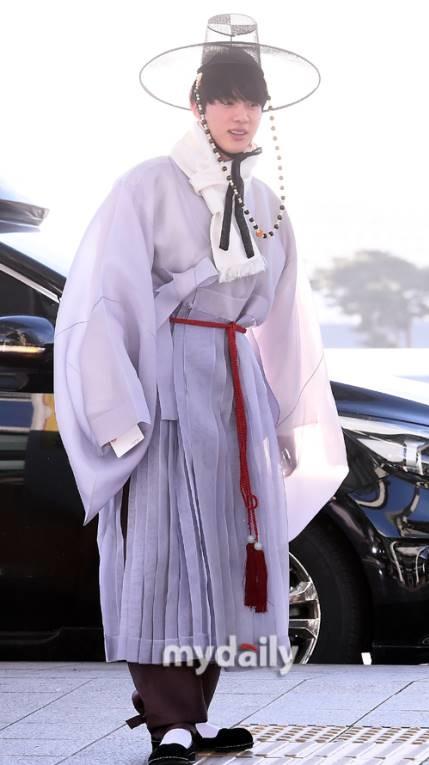jin-bts-choi-troi-jessica-khoe-style-tren-dong-duoi-he-o-san-bay-1