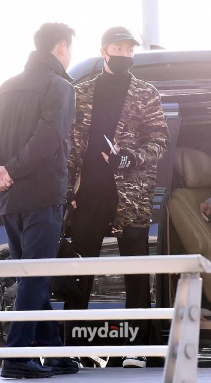 RM khoe hình thể người mẫu, đôi chân dài miên man. Chiếc áo khoác của anh chàng thuộc thương hiệuPUMA x XO