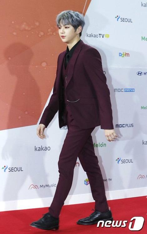 Kang Daniel khoe hình thể người mẫu, đôi chân dài, bờ vai nam tính.